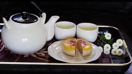 Pia mooncake and Chrysanthemum Tea Reklamní fotografie