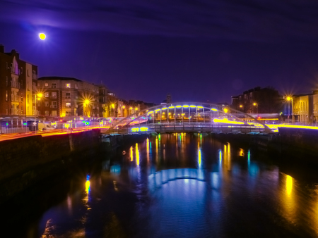 liffey: Night view of bridge in Dublin, Ireland