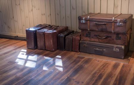 maleta: vieja maleta de la vendimia en la habitación con piso de madera