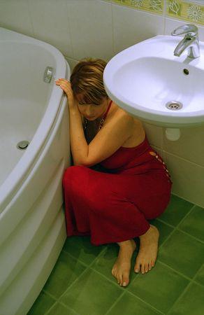 humeur: triste fille en robe de fantaisie dans le cadre du lavage-bol  Banque d'images