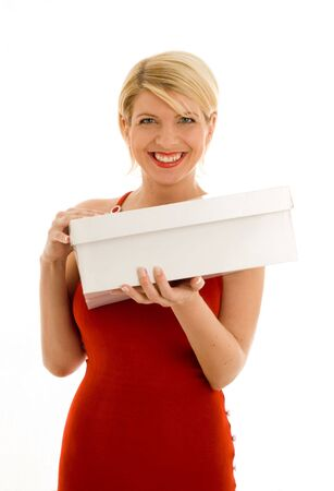 muchacha feliz en vestido rojo con la caja en blanco