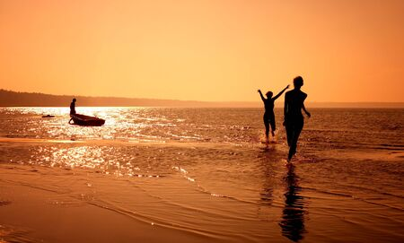 ni�as jugando: siluetee la imagen de dos muchachas que juegan en la playa