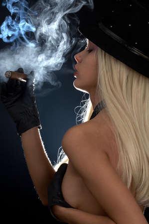 imagen del contraluz del cigarro que fuma de la muchacha topless Foto de archivo