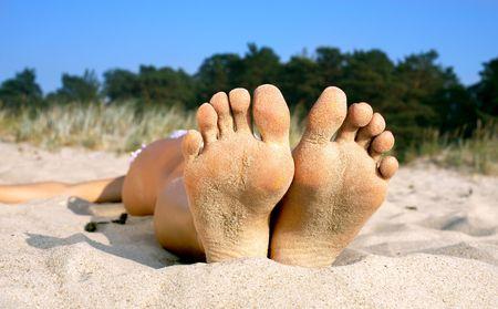 pies sexis: soles y los dedos de los pies de la playa chica  Foto de archivo