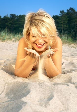 Sch�nen Strand M�dchen spielt mit Sand  Lizenzfreie Bilder