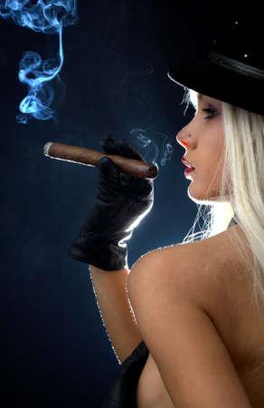 Hintergrundbeleuchtung Bild von M�dchen oben ohne Zigarre rauchen