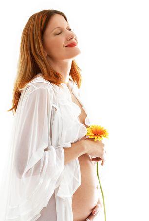 life giving birth: Feliz se�ora embarazada con m�s de flor fondo blanco