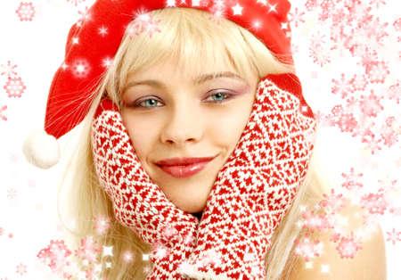 foxy girls: ragazza graziosa in cappello di natale con i fiocchi di neve resi