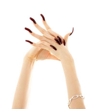 Hände mit langen Acryl Nägel über weiße