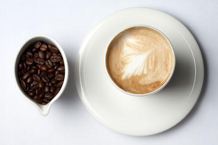 cafe colombiano: barista taza de caf� y granos de caf� colombiano