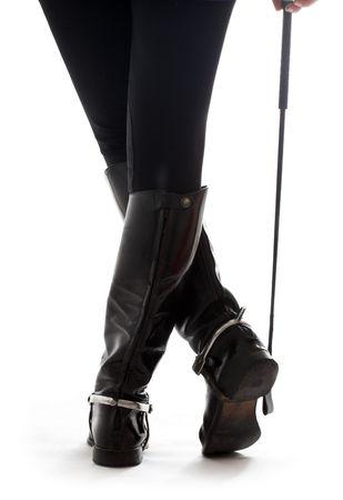 uomo a cavallo: Belle gambe in pelle nera con stivali cavaliere equitazione-coltura su bianco