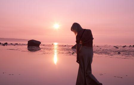 beach babe: Silhouette immagine della rosa tramonto e triste signora
