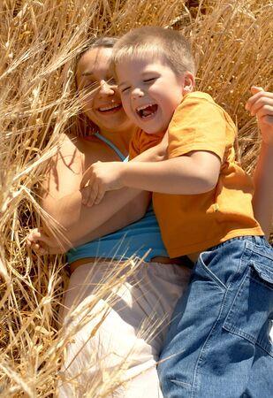 Abbildung der gl�cklichen Mutter und des lachenden Zickleins Lizenzfreie Bilder