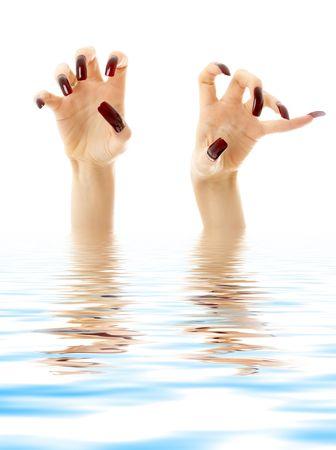 ahogarse: las manos con u�as largas acr�lico se ahogan en el agua