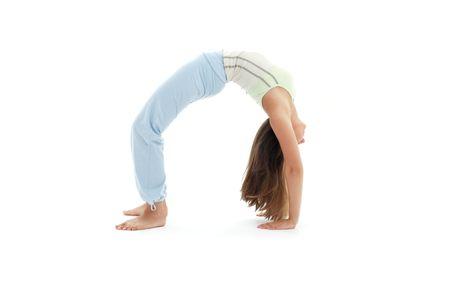 actitud ascendente practicante del arco del dhanurasana del urdhva de la muchacha deportiva