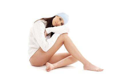 belles jambes: jolie brune en hiver, bonnet et pull