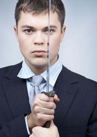 sicario: retrato de confianza en las empresas trabajador con espada
