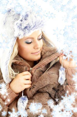 ropa de invierno: retrato de encantadora belleza en ropa de invierno con copos de nieve