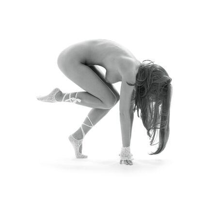 ni�a desnuda: Monocromo imagen de chica bailando desnuda sobre blanco  Foto de archivo