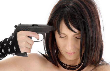 ragazza che indica: ragazza di brunette che indica pistola alla sua testa