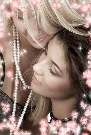 Foto �ntima de dos preciosas ni�as cuddling con flores  Foto de archivo - 2389698