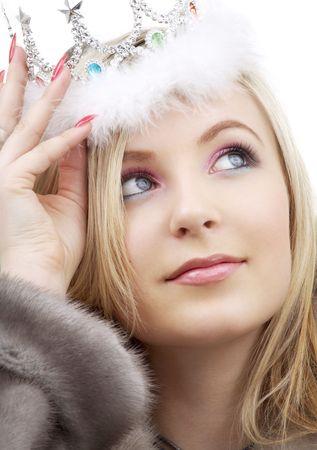 Großansicht Porträt der schönen blonden in Fell und Krone