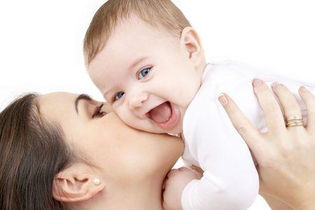 mamans: Photo d'heureuse m�re avec un b�b� sur fond blanc  Banque d'images