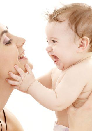 mama e hijo: cuadro de la madre feliz con blanco del excedente del muchacho del beb�