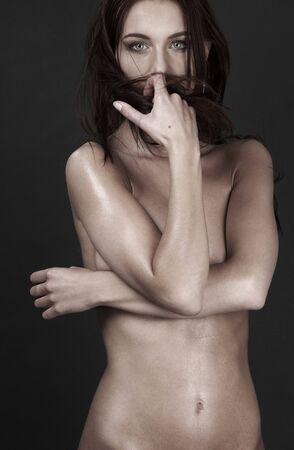 ni�a desnuda: Imagen de la ni�a desnuda ofendido m�s gris  Foto de archivo