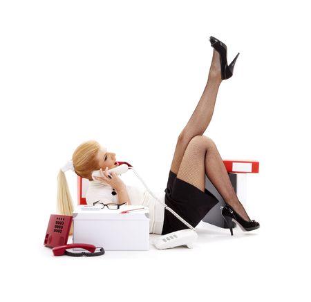 answering phone: businesswoman que pone en el piso y la llamada telef�nica que contesta Foto de archivo