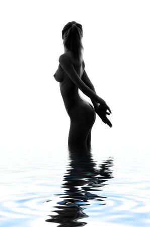 ni�a desnuda: Monocromo silueta cl�sica imagen de chica desnuda en el agua