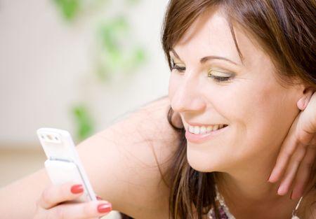 retrato de mujer feliz con teléfono blanco (se centran en la sonrisa)  Foto de archivo - 3199833