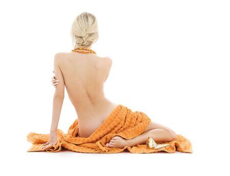 mujer desnuda de espalda: hermosa dama con toallas de color naranja sobre blanco