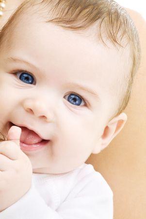 helder beeld van adorable baby boy over wit