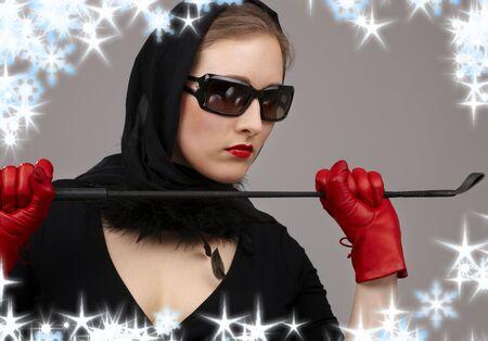 mistress: ritratto di signora in nero velo rosso e guanti con la coltura