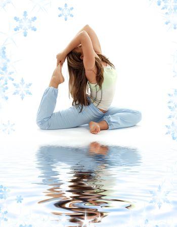 schöne Mädchen üben Ashtanga Yoga auf weissem Sand