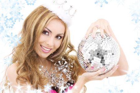 corona navidad: Foto de la hermosa hada con la corona en la pelota de discoteca