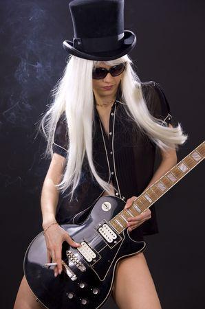 guitarra sexy: mujer en el sombrero de copa negro con guitarra el�ctrica y cigarrillos