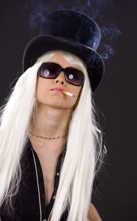 fille fumeuse: photo de fille de fumer dans les lunettes de soleil et chapeau haut de forme