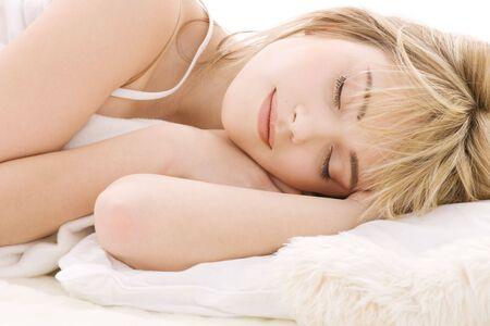 lit: closeup image lumineuse de dormir adolescente LANG_EVOIMAGES