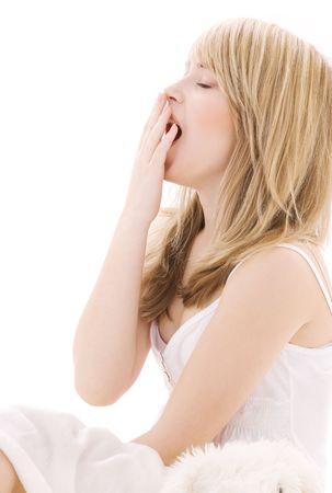agotado: Foto brillante de jawning adolescente en la cama