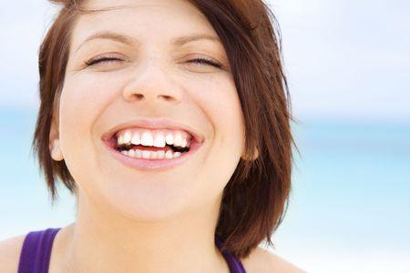dentudo: brillante de cerca la imagen de la cara feliz mujer
