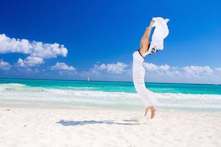 feliz con la mujer blanca pareo en la playa Foto de archivo - 4451481