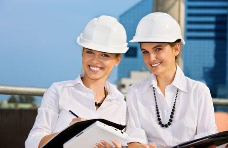 mujeres contratistas en un frente de obras de construcción (énfasis en la rubia)