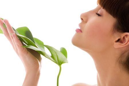 piel: Foto de mujer con hojas verdes sobre blanco LANG_EVOIMAGES