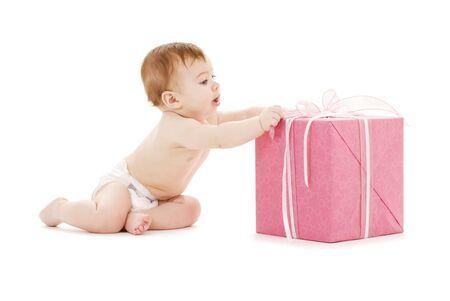 大きなギフト ボックスと男の赤ちゃんの写真