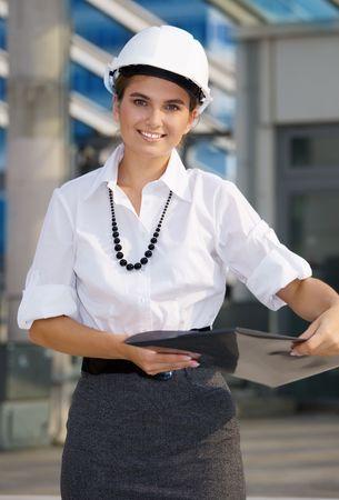 feliz contratista en un frente de obra