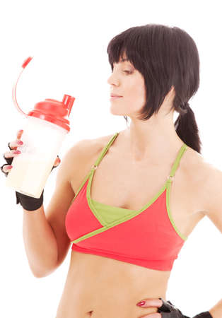 buen vivir: adorable instructor de fitness con prote�nas agitar la botella