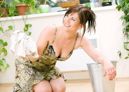 serviteurs: bright image de la belle femme au foyer de nettoyage sol