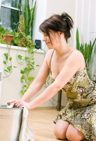 haush�lterin: helles Bild der sch�nen Hausfrau Reinigung Boden